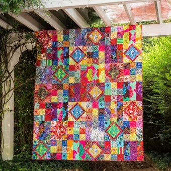 Carnival of Color Quilt Anleitung - Kaffe Fassett Collective Designerstoffe Pattern - FreeSpirit Patchworkdecke - GRATIS DOWNLOAD!