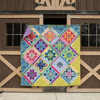 Center Stage Quilt Anleitung - Tula Pink True Colors & All Stars Designerstoffe Pattern - FreeSpirit Patchworkdecke - GRATIS DOWNLOAD!
